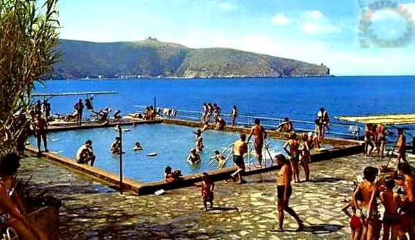 La piscine du village - Carte postale ancienne - archive Collierbar