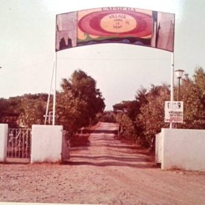 L'entrée du village en 1972 Photo Filippo Marini.